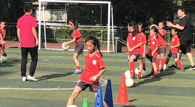 【足球视频】汶川地震中走出的女孩们:在临时板房外踢球 足球带来欢乐和希望
